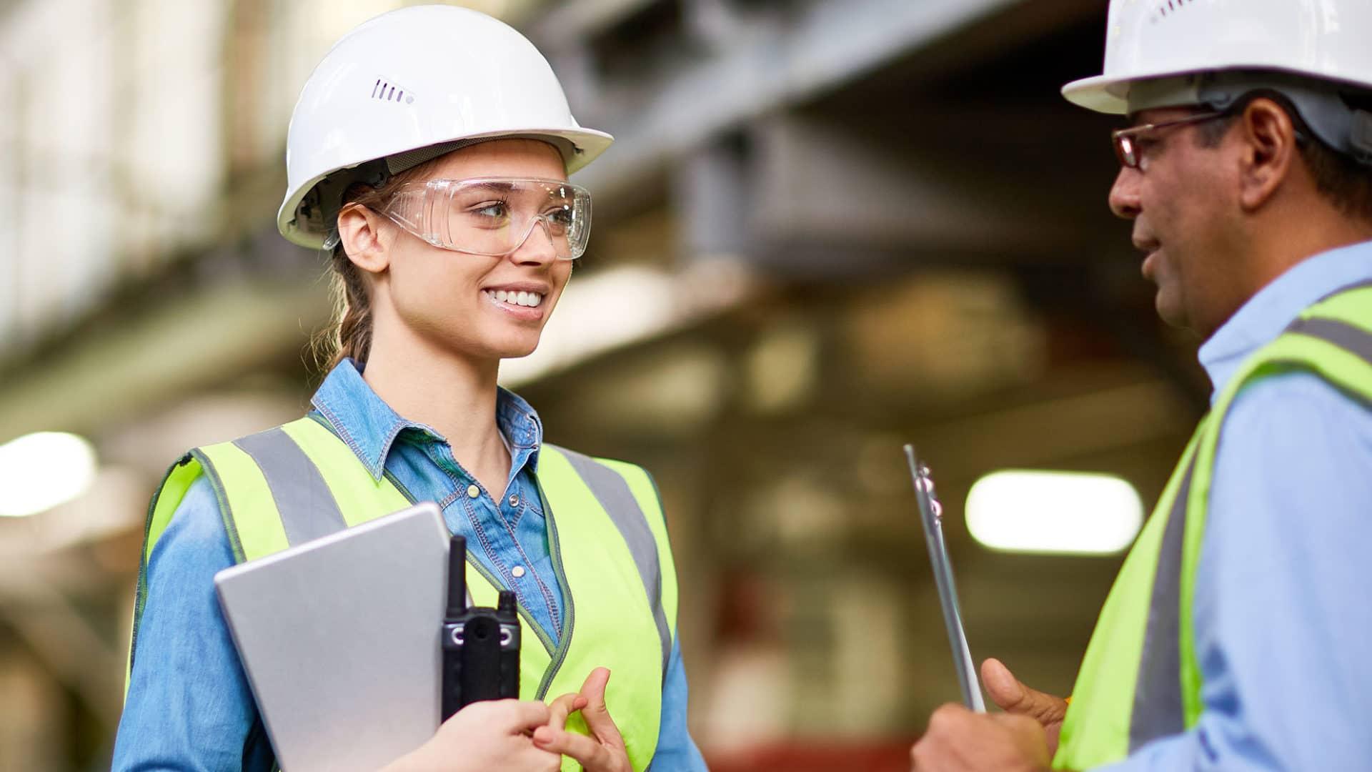 Portrait de jeune femme ingénieure avec un formateur