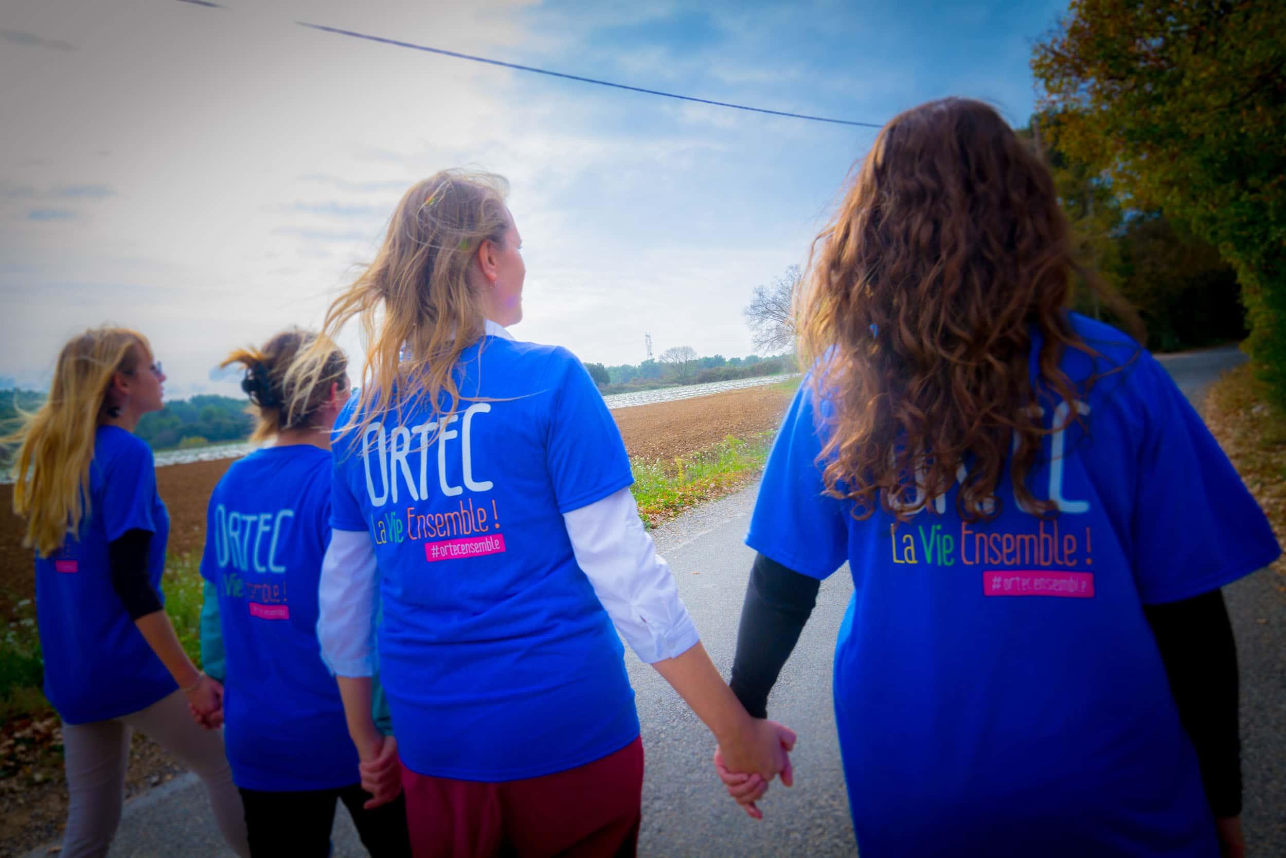 Groupe de salariées Ortec portant les T-shirts La Vie Ensemble