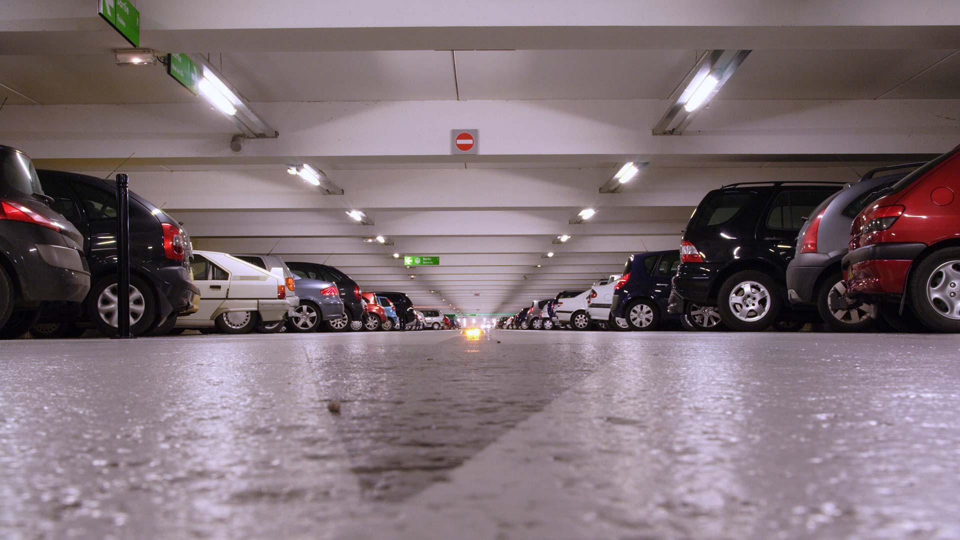 A Chartres, Brunet Bataille, l'expert électricité d'Ortec apporte la lumière à un parc de stationnement sous-terrain